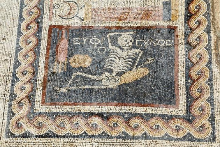 """""""იყავი მხიარული, დატკბი ცხოვრებით"""" – წარწერა 2.400 წლის მოზაიკაზე"""